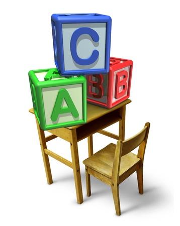 nursery education: La ense�anza primaria y el aprendizaje de la primera infancia con un escritorio de la escuela y los bloques b�sicos de letras con ab y c representa la formaci�n de cuidado de ni�os la lectura y escritura