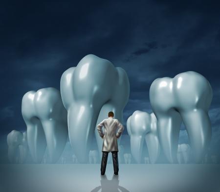 higiene bucal: Dentista y cuidado dental médico símbolo salud dental de la higiene oral con un hombre profesional en una bata blanca de laboratorio frente a enormes dientes molares en un fondo brumoso oscuro