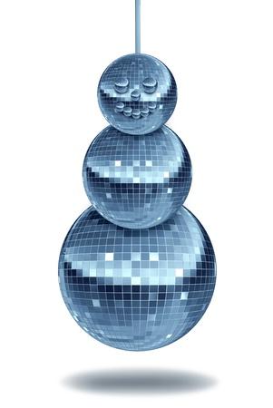 winter party: Festa di inverno con musica da ballo simbolo vacanza con palle notte discoteca come una sfera a specchio a forma di un pupazzo di neve per il divertimento festivo e nuove celebrazioni danza anno in una discoteca o club su bianco Archivio Fotografico