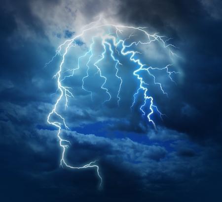脳機能神経医療シンボルとして嵐雲の夜の空に照らされた人体頭部の形状のエレクトリック ライトニング ボルト ストライキと強力な知性