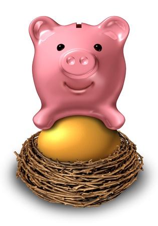 gniazdo jaj: Gniazdo jaj Oszczędności z różowy ceramiczny Skarbonka siedzi na symbol złota inwestycyjnego funduszu jako finansowy koncepcji zarządzania majątkiem dla bezpiecznego planu emerytalnego Zdjęcie Seryjne