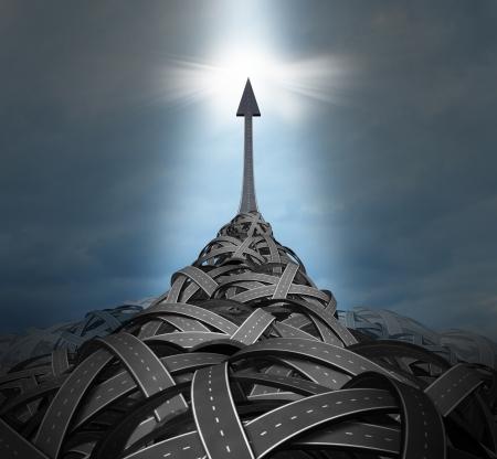 breaking out: Emergentes liderazgo con una gran monta�a de confusos caminos y carreteras enredado y un claro camino que va hacia arriba hacia el cielo como una soluci�n para el �xito en un concepto de la individualidad a salir de los problemas de negocio Foto de archivo