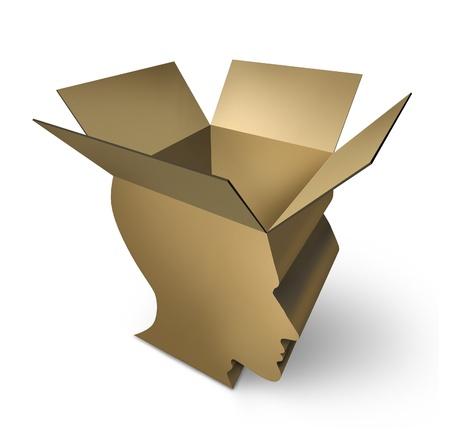 Denken uit de doos met een open driedimensionale kartonnen verpakking in de vorm van een menselijk hoofd als een symbool van de hersenen intelligentie en met een open geest voor innovatie en oplossingen