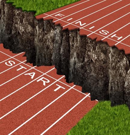 Succes Risico en het veroveren van tegenspoed in het bereiken van je doelen als een business concept vertegenwoordigd door een track and field circuit met start en finish lijnen gescheiden door een diepe en gevaarlijke rots klif
