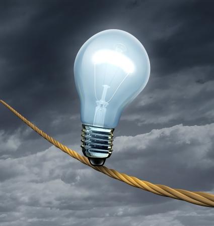 cielo tormenta: una bombilla iluminada sobre una cuerda floja alta arriesgado peligroso en un cielo tormenta