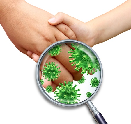 Infezione da virus contagioso con bambini mani holding e toccando la diffusione di germi infettivi pericolosi e batteri con una lente di ingrandimento close up su uno sfondo bianco