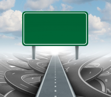 groviglio: Strategia segno bianco come un piano e soluzioni chiare per la leadership aziendale con un percorso rettilineo verso il successo scegliendo la giusta strada strategica con una strada segnaletica verde con copia spazio su uno sfondo di cielo Archivio Fotografico