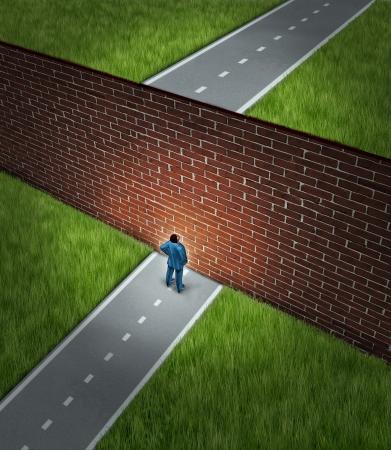 sorun: Onun yolunu bloke ve başarı için bir yolculuğa engel olan bir büyük tuğla duvarın önünde duran bir işadamı ile iş meydan ve finansal engeller kavramı