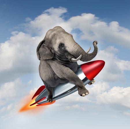 confianza: Coraje y determinación como un potencial y posibilidades concepto realista con un elefante volando en el aire usando un cohete como un símbolo comercial de logro y confianza en sus habilidades para tener éxito en el crecimiento hacia arriba