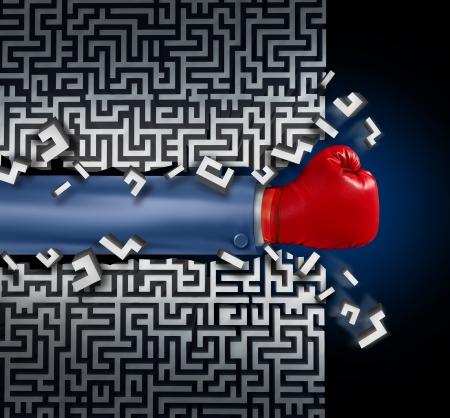 breaking out: Romper con el liderazgo y la visi�n de negocio con la estrategia corporativa en los desaf�os y obst�culos en un laberinto con un brazo de hombre de negocios con un guante de boxeo rojo abriendo camino en un laberinto con un atajo soluci�n clara para el �xito Foto de archivo