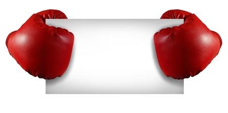 guantes de boxeo: Concurso de cartel con dos guantes de boxeo rojos que sostienen una tarjeta blanca en blanco como un s�mbolo comercial de ventas competitivas o un anuncio importante d�a especial aislado en blanco