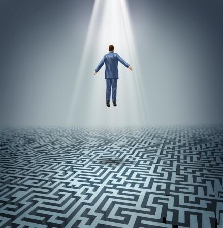 Soluciones sólidas con un hombre de negocios levitando sobre un laberinto o laberinto como un concepto de negocio de liderazgo y los desafíos y obstáculos que conquistar a un hombre subiendo por encima para encontrar las respuestas