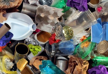 Recycling von Müll und wiederverwendbaren Abfallwirtschaft, wie alte Papier Glas Metall und Kunststoff Haushaltsprodukte um als ein Konzept der Erhaltung der Umwelt des Materials Energie sparen und Geld wiederverwendet werden Standard-Bild