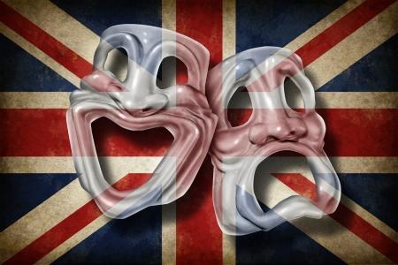 drapeau anglais: Théâtre britannique et l'anglais effectuer notion arts avec un ancien drapeau de la Grande-Bretagne sur un masque de comédie et tragédie qui représente la riche tradition culturelle du cinéma classique et la réalisation de films en Angleterre Banque d'images