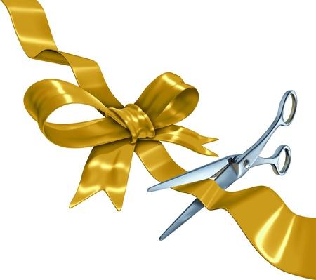 Zlatá stuha s lukem řezání se zlatou hedvábnou dárkové balení dekorace nůžky otevření balení jako symbol prázdnin pro oslavy nebo narozeniny nebo zvláštní události, izolovaných na bílém pozadí