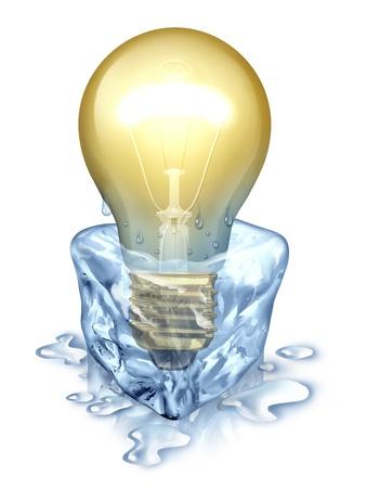 Nieuwe manier van denken met een verlichte gloeilamp opkomende door het smelten uit de buurt van een ijsblokje als creativiteit business concept om uw fantasie te bevrijden als innovatieve probleemoplossing op wit