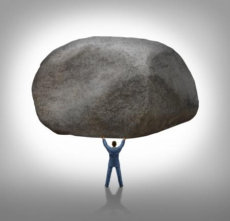 resistencia: Poder del liderazgo con la capacidad de inspirar a un hombre de negocios levantando una enorme piedra eliminando un gran obst�culo y predicar con el ejemplo, como un concepto de negocio de �xito y determinaci�n Foto de archivo
