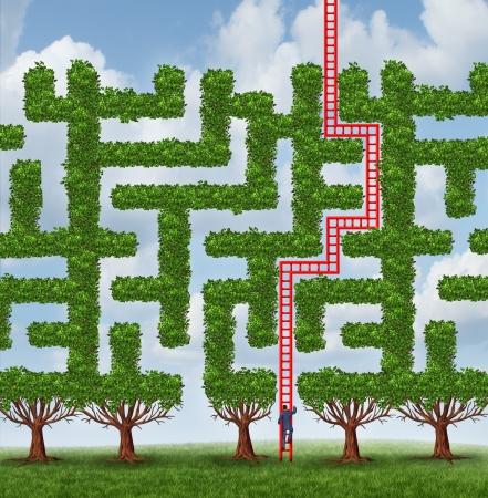 Aanpassen aan veranderingen en het vinden van creatieve oplossingen voor moeilijke groeiende uitdagingen als een groep van bomen als een doolhof of labyrint en een zakenman beklimmen van een rode ladder gevormd als de oplossing voor succes Stockfoto