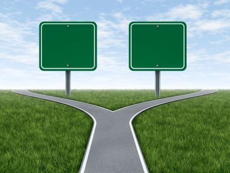 Kruisen wegen met twee lege borden voor kopie ruimte als een business concept en strategie symbool vertegenwoordigt de moeilijke keuzes en uitdagingen bij het selecteren van de juiste strategische weg voor financiële planning