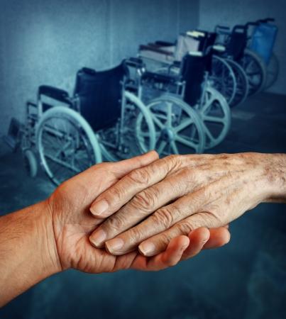젊은 사람이 배경에 휠체어의 그룹으로 오래된 노인 조부모에 도움의 손길을 잡고주는 장애인 및 장애인 노인 의료 서비스 개념 스톡 콘텐츠