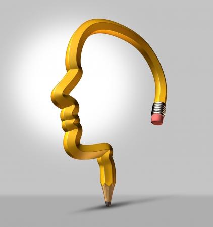 Intelligente strategie en creatieve verbeelding met een driedimensionale geel potlood vorm van een menselijk hoofd als een business concept van het ontwerp de planning voor slimme oplossingen en succes Stockfoto