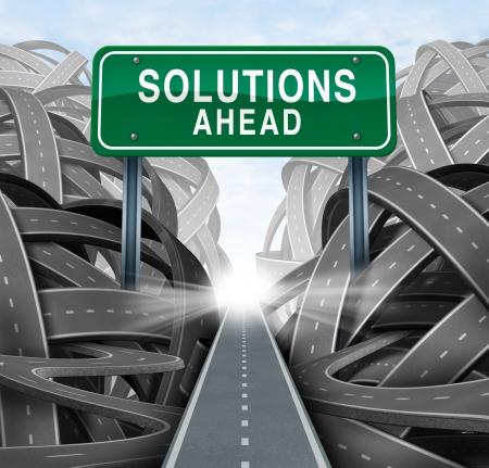 huir: Soluciones por delante y el concepto de negocio responde con una se�al de carretera verde en forma de icono de romper de una confusi�n de caminos enredados con una ruta estrat�gica clara
