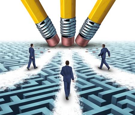 pensamiento estrategico: Soluciones del equipo con un grupo de gente de negocios, caminando sobre un camino claro en un confuso laberinto o laberinto que ha sido aprobado por tres borradores de lápiz como un concepto de negocio el trabajo en equipo