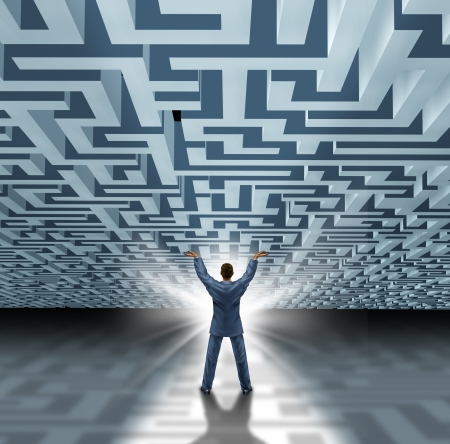 superiority: Las habilidades de liderazgo con un exitoso hombre de negocios levantar un laberinto tridimensional o laberinto como un concepto de negocio para superar la adversidad y un avance con una nueva soluci�n creativa