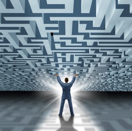 pr�voyance: Les comp�tences en leadership avec un homme d'affaires prosp�re soulevant un labyrinthe tridimensionnel ou labyrinthe comme un concept d'entreprise de surmonter l'adversit� et se lib�rer avec une nouvelle solution cr�ative