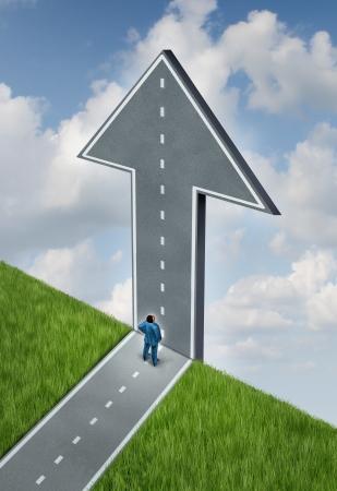 pensamiento estrategico: Oportunidades y desaf�os como un concepto del cielo es el l�mite con un cambio de direcci�n en el camino de un acantilado que va hacia arriba como una flecha de la esperanza con un hombre de negocios de pensamiento estrat�gico mirando hacia arriba, Foto de archivo