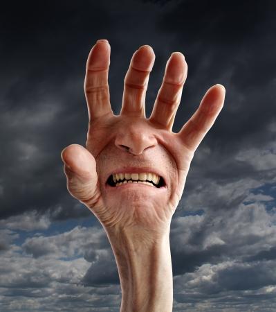 elderly pain: Dolore Senior e angoscia, con la mano di un vecchio pensionato e una sofferenza urlando espressione del viso sul palmo come l'assistenza sanitaria e il concetto medico di anziani problemi fisici