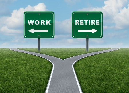 cruce de caminos: Trabajar o retirarse como un concepto de un momento difícil decisión para el trabajo o la jubilación como una encrucijada y una señal de tráfico con flechas que muestran un tenedor en la carretera representa el concepto de la dirección cuando se enfrentan a una elección de vida difíciles