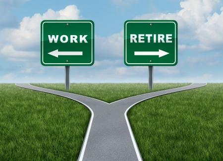 prendre sa retraite: Travail ou la retraite en tant que concept d'un temps de d�cision difficile pour le travail ou la retraite comme un carrefour et signer la route avec des fl�ches montrant une fourchette dans la route qui repr�sente le concept de direction lorsque confront�s � un choix de vie difficile Banque d'images