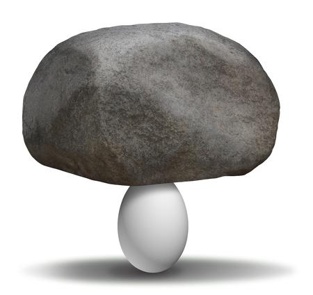 fortaleza: Fuerza extraordinaria con una piedra pesada roca en la parte superior de un huevo fr�gil como un concepto de posibilidades y la creencia en la capacidad de lograr lo imposible es posible