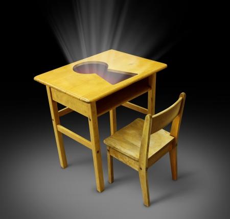 Clave al concepto de educación con un escritorio y una silla vieja escuela estudiante con un agujero de la llave sobre la mesa como un símbolo de la oportunidad de la carrera por el poder del conocimiento y la formación de nuevas competencias empresariales Foto de archivo - 19703565