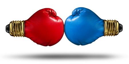 Oorlog van ideeën en debatteren innovatieve concepten met een groep van twee rode en blauwe bokshandschoenen gevormd als gloeilampen vechten voor creatieve supremecy als een bedrijf de concurrentie idee