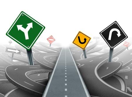 Éviter les distractions et une stratégie claire pour les solutions en matière de leadership de l'entreprise avec une trajectoire rectiligne vers le succès en choisissant le bon plan stratégique avec des panneaux de signalisation noir et rouge jaune vert à travers un dédale de routes Banque d'images