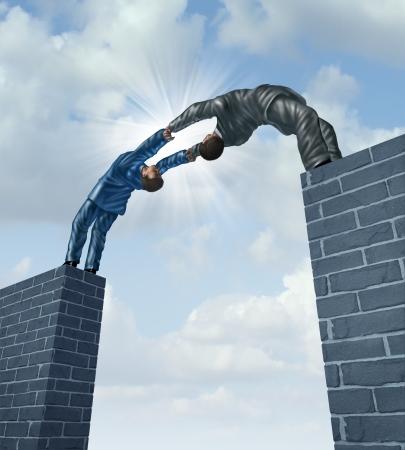synergy: La construcci�n de un puente con un equipo de negocios de dos hombres de negocios trabajando juntos en una asociaci�n fuerte apoyo cerrar la brecha para conectar en una soluci�n satisfactoria a los problemas financieros