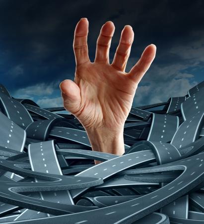 Richting wanhoop als een business concept om jezelf te bevrijden van verwarring en management problemen met een geopende menselijke hand die voor de vrijheid van een groep verwarde rad en snelwegen