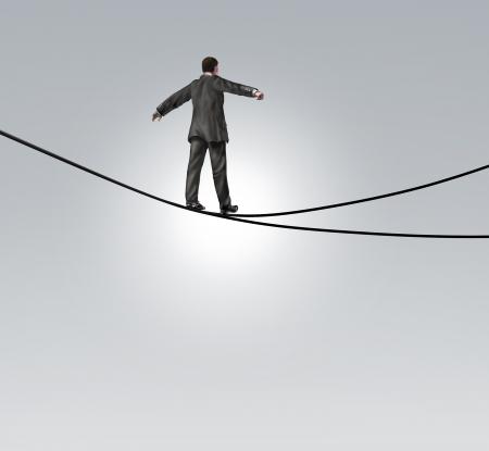 Decisión de riesgo y de riesgo concepto de negocio elección con un mantenimiento del equilibrio empresario caminando un alto cuerda floja o cuerda floja que se divide en dos direcciones opuestas como un dilema difícil y peligroso Foto de archivo