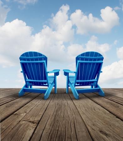 patio deck: Pensionamento relax e pianificazione finanziaria simbolo con due sedie vuote Adirondack blu su un ponte di legno patio con vista cielo come un concetto di libert� commerciale della futura strategia di investimento di successo