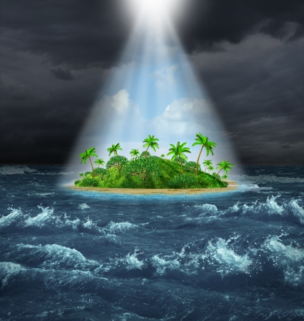 シャイニング美しい熱帯の島、約束の地のオアシス ビジョンとして上記からの輝く光と対照的で暗い嵐海洋背景を持つ希望および抱負の成功の概念