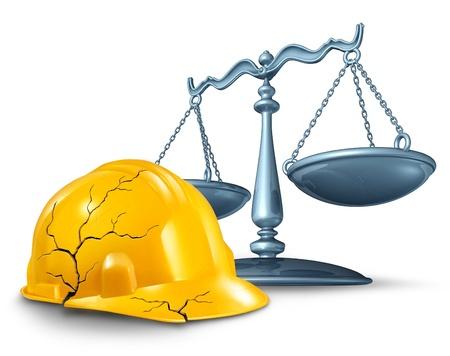 Bouw letsel recht en arbeidsongeval en gevaren voor de gezondheid op het werk als een gebroken gebarsten gele helm en een schaal van rechtvaardigheid in een juridisch begrip werknemer schadevergoeding kwesties op een witte achtergrond Stockfoto