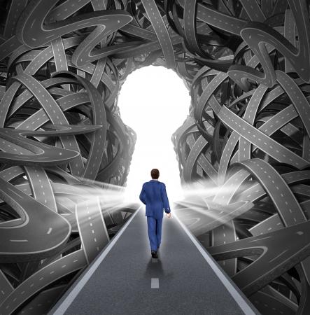 solutions de direction en tant que concept de leadership d'affaires avec un homme d'affaires marchant vers une ouverture en forme de trou de serrure éclatant comme un droit chemin vers le succès en choisissant la bonne voie stratégique coupant à travers un labyrinthe confus de routes et autoroutes enchevêtrées