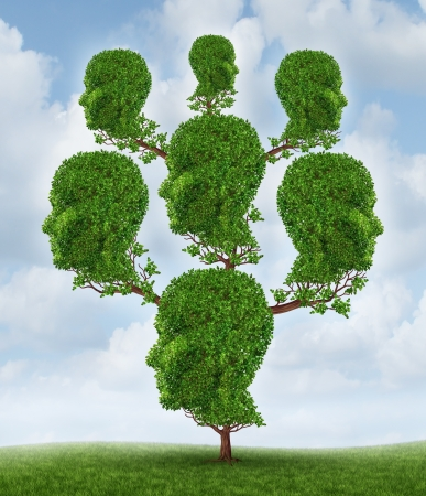 árbol genealógico: Árbol de familia y comunidad en red como un concepto de relación social y empresarial como una planta en forma de un grupo de cabezas humanas conectadas crecer juntos en una asociación para el éxito en un cielo de fondo