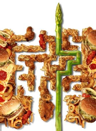 정크 푸드: 건강 솔루션 및 미로 미로의 형태로 기름기 정크 푸드의 그룹 및 흰색 배경에 다이어트 도전에 대한 해답을 찾는 아스파라거스와 건강 선택 영양 개념