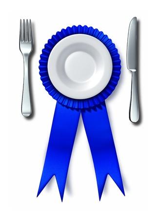 negocios comida: El mejor concepto cocinar la comida como un cuchillo tenedor y plato en un premio de la cinta azul como s�mbolo de la principal restaurante favorito o saludable plato gourmet en un fondo blanco