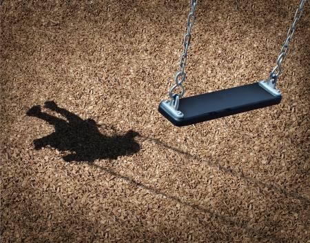 wees: Vermist kind concept met een lege speeltuin schommel en de schaduw van een klein meisje op het park vloer als een symbool van kinderen verliezen hun jeugd en verloren als in een mislukte adoptie of jongeren wanhoop veroorzaakt door huiselijk geweld