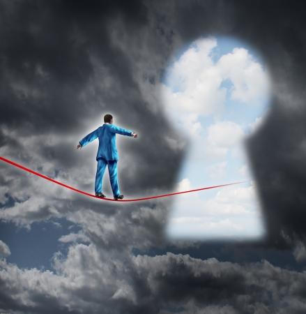 key to freedom: Riesgos y concepto de negocio oportunidad con un hombre de negocios en una tormenta de fondo oscuro caminar sobre una cuerda floja roja que est� llevando a un ojo de la cerradura en forma de un cielo brillante de la libertad financiera y el �xito profesional Foto de archivo