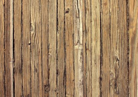 Oude verweerde houten achtergrond en natuurlijke noodlijdende antieke planken in een verticale patroon verouderd door de zon en het water als een natuurlijke ondergrond vintage design element